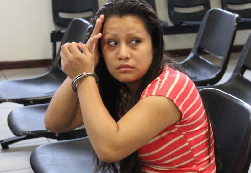 """Joven violada es condenada a 30 años de prisión por """"homicidio por aborto"""" en El Salvador"""
